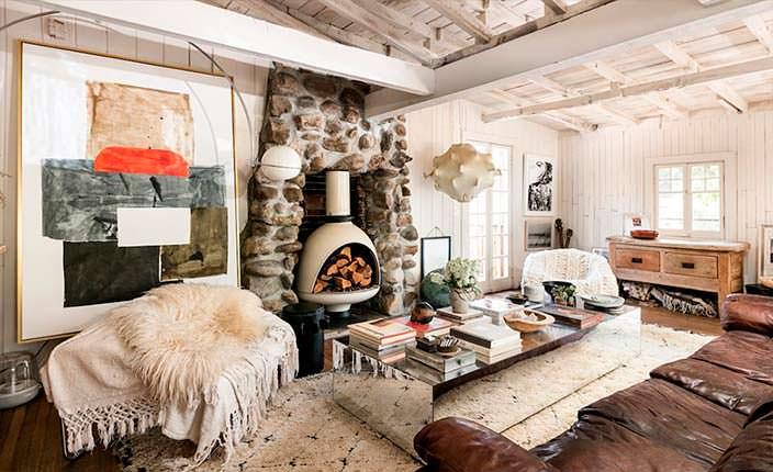 Деревенский дизайн гостиной в коттедже Ланы Дель Рей
