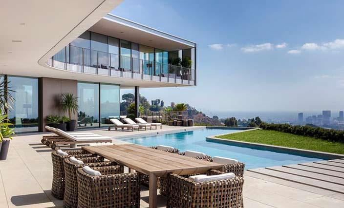 Терраса с бассейном у дома