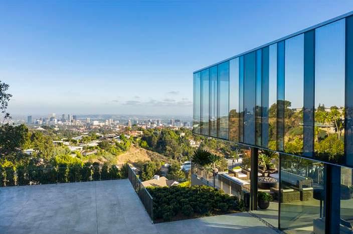 Стеклянный дом с видом на Лос-Анджелес
