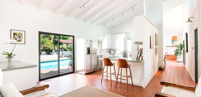 Кухня-столовая с выходом к бассейну