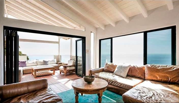 Красивый панорамный вид на океан из дома