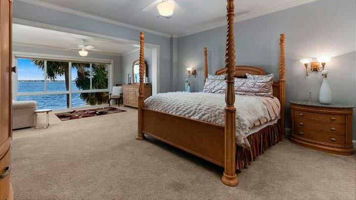 Одна из 12 спален в доме Шакила О'Нила