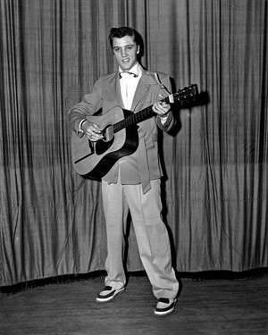 Элвис Пресли с гитарой Martin в 1955 году. Стадион Ellis Auditorium, Мемфис