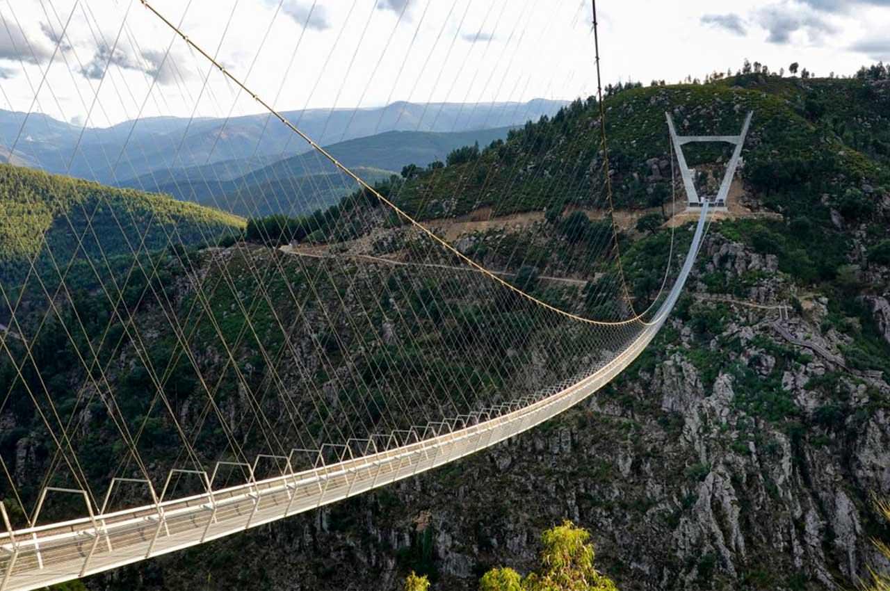 Самый длинный подвесной пешеходный мост открыли в Португалии