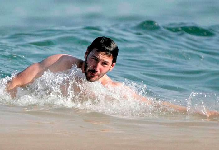 Фото   Киану Ривз на пляже