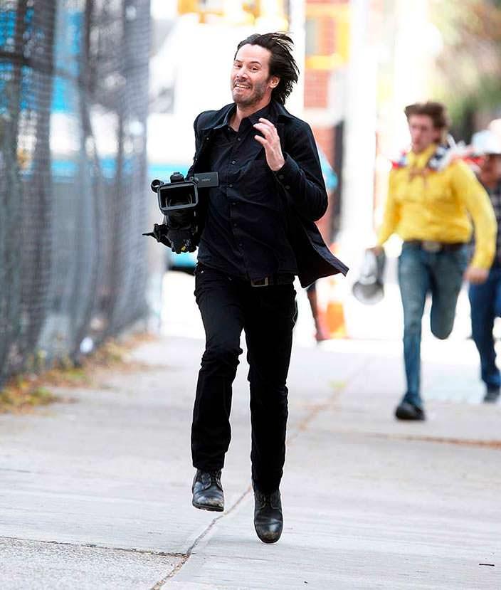 Киану Ривз украл камеру у папарацци