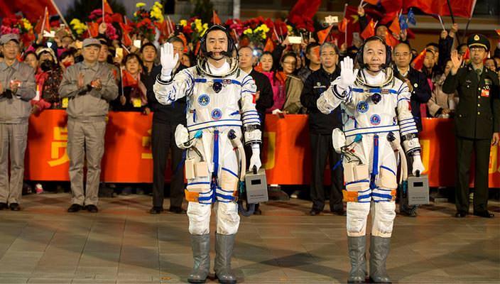 Китайские космонавты Цзин Хайпэн и Чэнь Дун