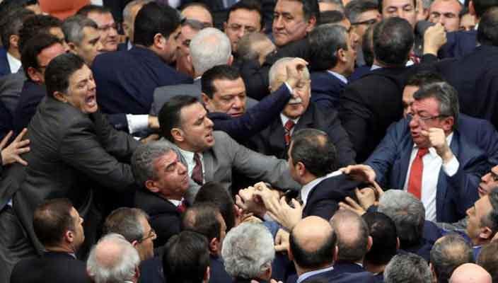 Драка в парламенте Турции из-за конституционных реформ | видео