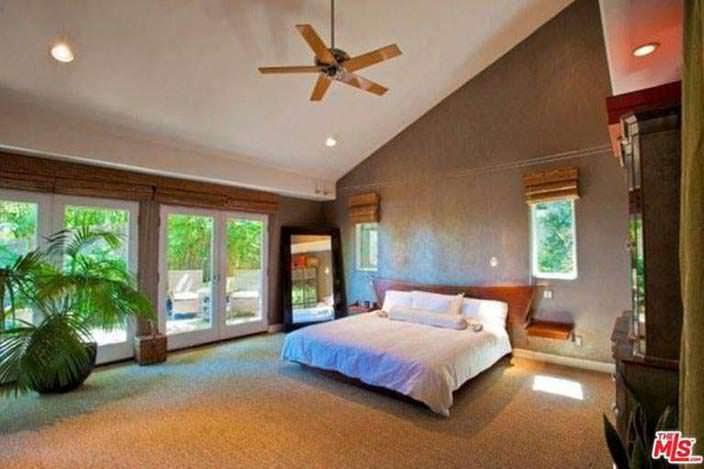Спальня с выходом к бассейну