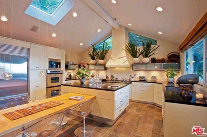 Большая кухня с островом
