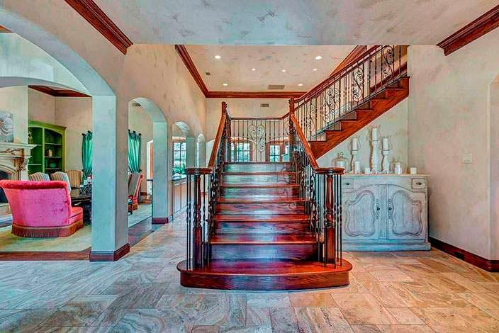 Деревянная лестница на второй этаж с поворотом