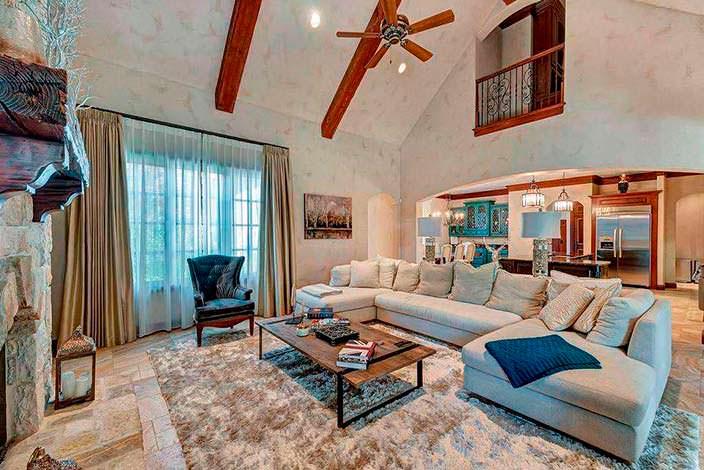 Большой угловой диван в зале