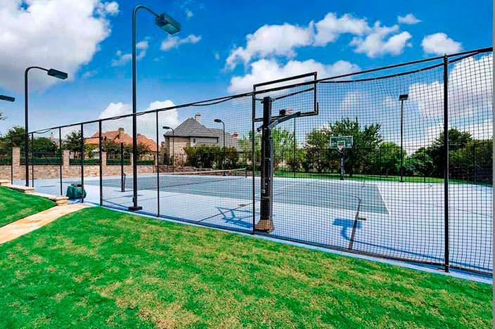 Теннисный корт у дома