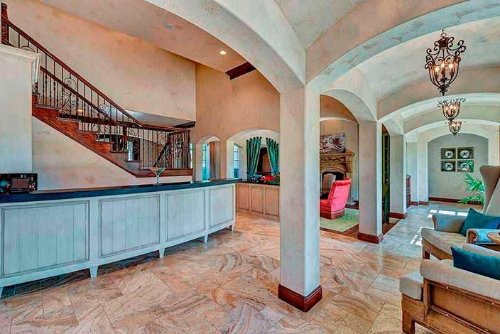 Колонны в дизайне дома