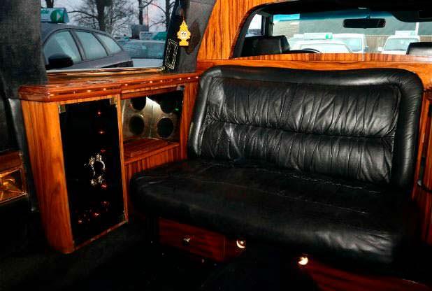 Кожаный диван в лимузине Cadillac