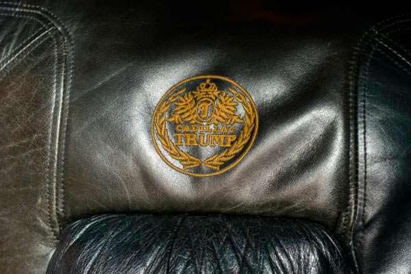 Герб Дональда Трампа на спинке дивана