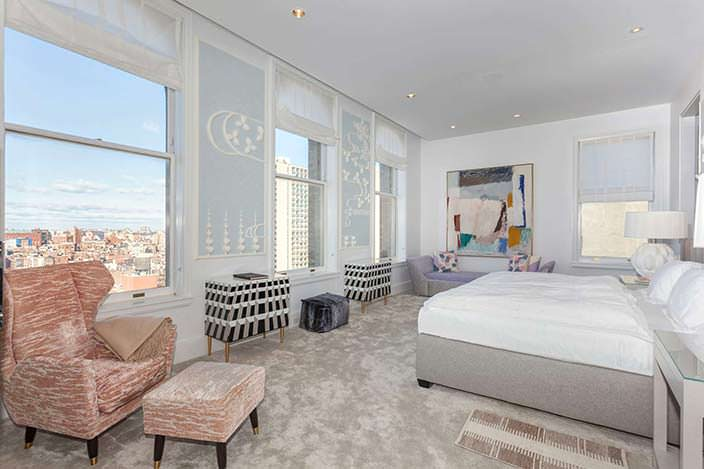 Спальня с видом на город