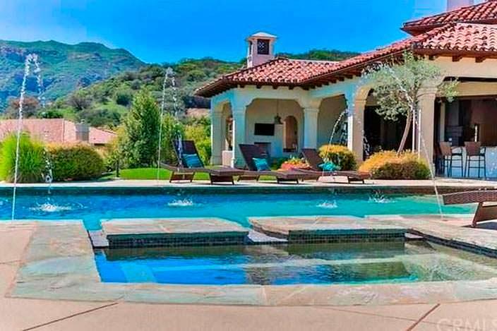 Дом с бассейном в испанском стиле