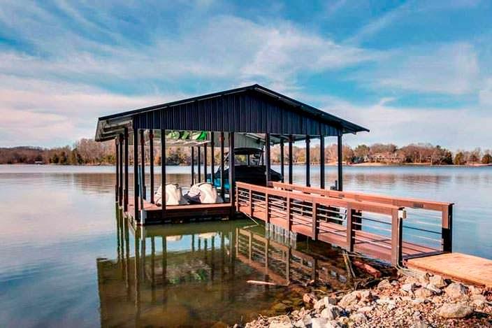 Пристань на озере у дома