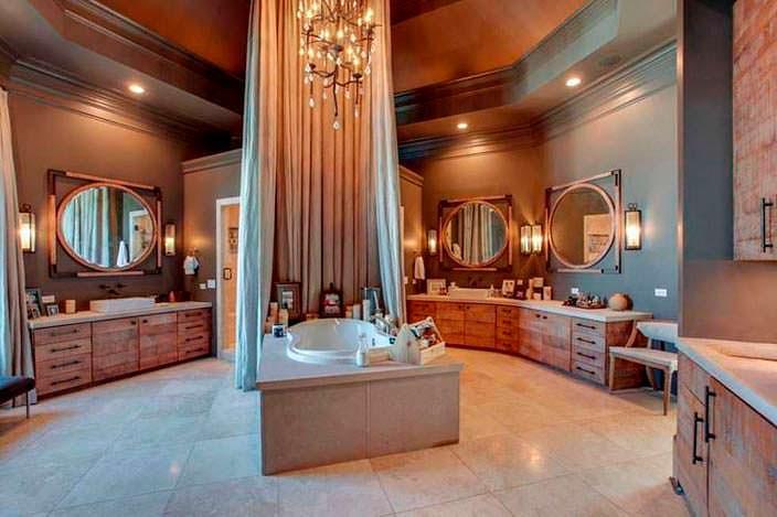 Ванная в центре ванной комнаты
