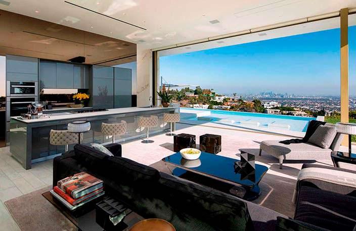 Дом с раздвижными стеклянными стенами