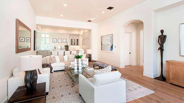 Фото | Дизайн светлой гостиной в доме актрисы Джейн Фонда