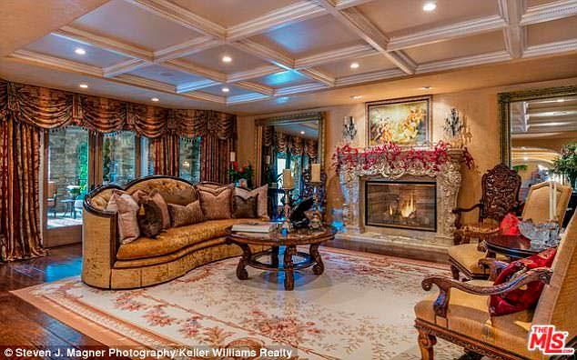 Фото | Гостиная в венецианском стиле в доме Крис Дженнер