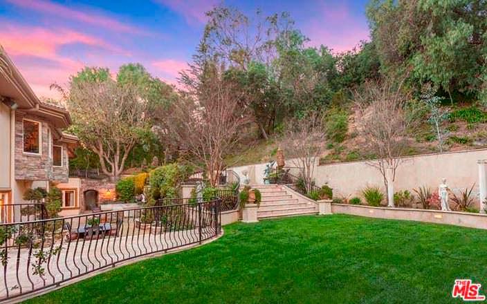 Фото | Ухоженный газон на участке дома Крис Дженнер