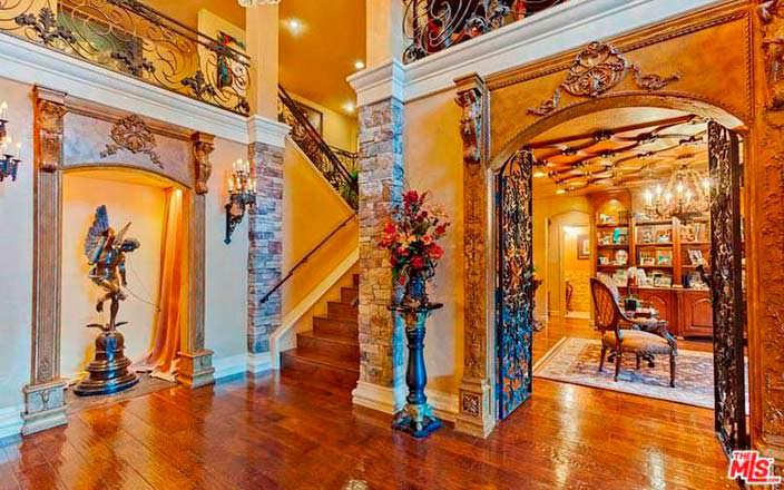 Фото | Парадная в итальянском стиле дома Крис Дженнер