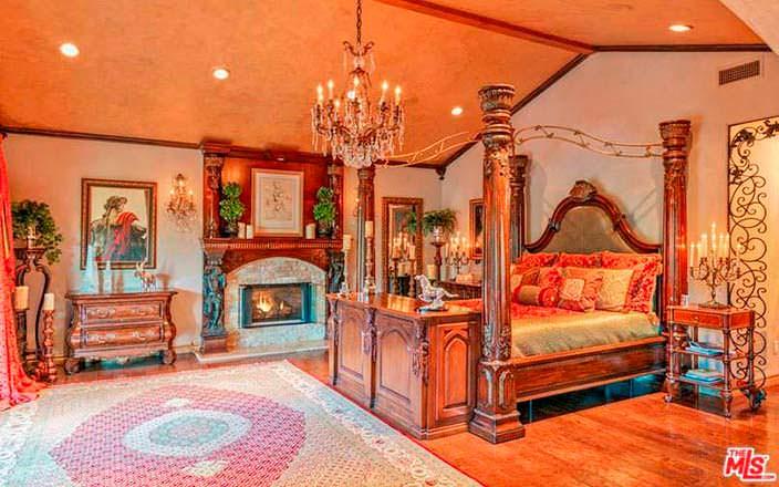 Фото | Спальня в венецианском стиле в доме Крис Дженнер