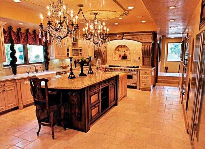Фото | Кухня в венецианском стиле дома Крис Дженнер