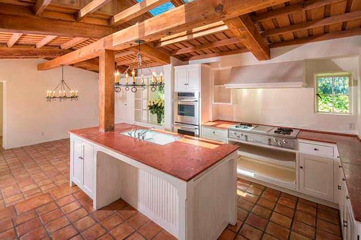 Фото | Дизайн кухни с балками в доме Мэрилин Монро