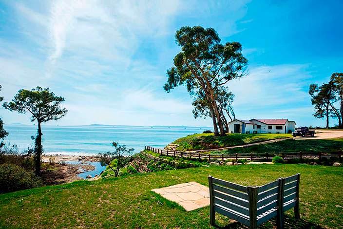 Фото   Дом в живописном месте с видом на горы и океан