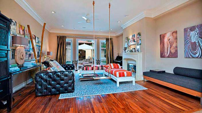 Уютный интерьер комнаты с камином в доме Тори Спеллинг
