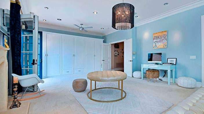 Фото | Кресло-качалка в дизайне спальни Тори Спеллинг
