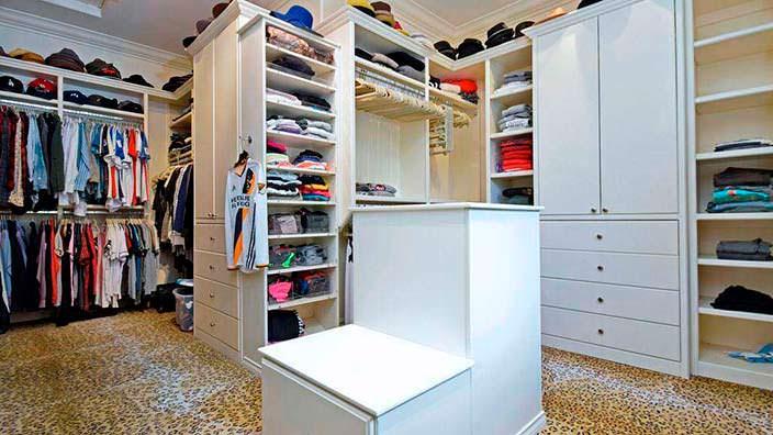Фото | Дизайн гардероба в доме Тори Спеллинг