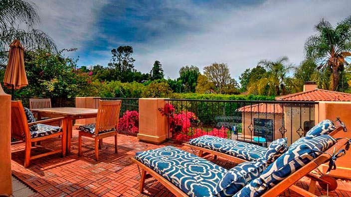 Фото | Вид с балкона дома во двор с бассейном