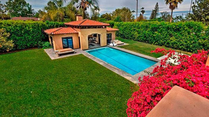 Фото | Вид с балкона на бассейн заднего двора