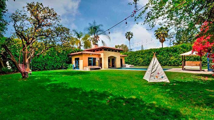 Фото | Задний двор с газоном дома Тори Спеллинг