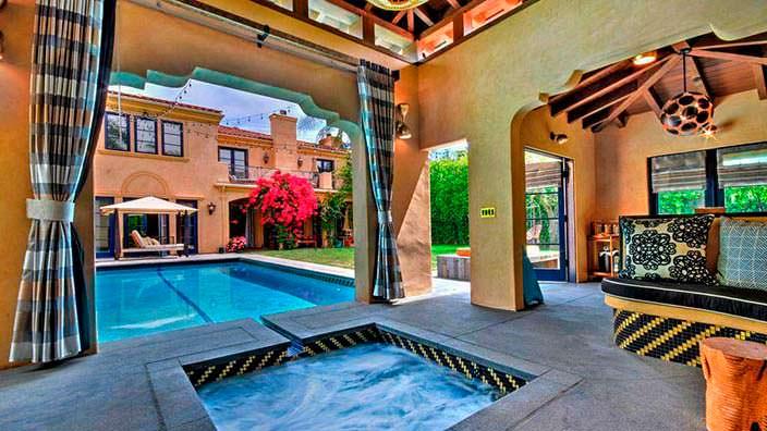 Фото | Джакузи и бассейн на заднем дворе дома в Голливуде