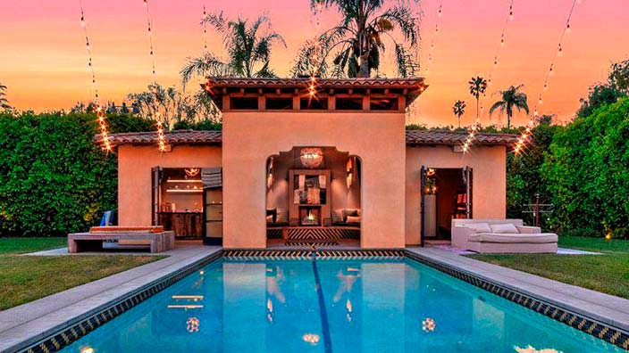 Фото | Бассейн на участке дома Тори Спеллинг в Голливуде