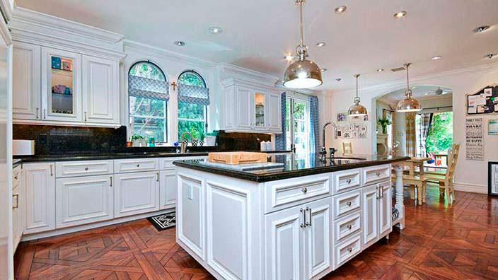 Фото | Гранитные столешницы на кухне Тори Спеллинг