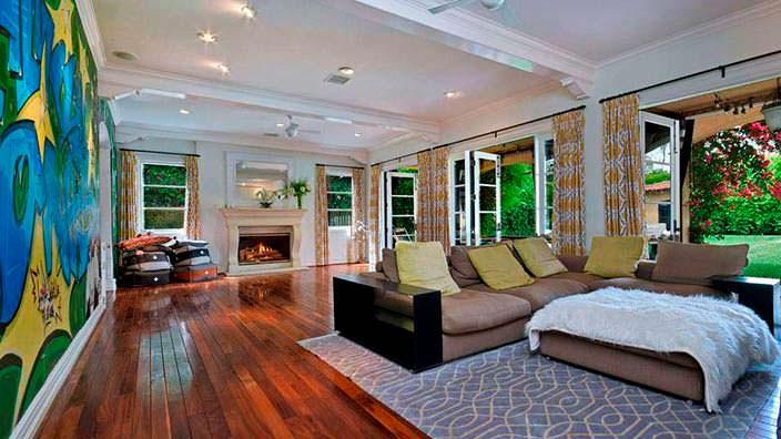 Фото | Дизайн гостиной комнаты с камином у Тори Спеллинг
