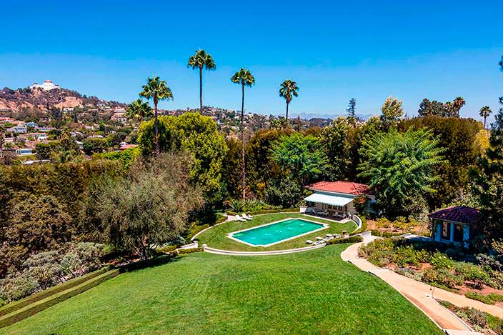 Фото | Бассейн у газона на территории дома Джоли в Голливуде