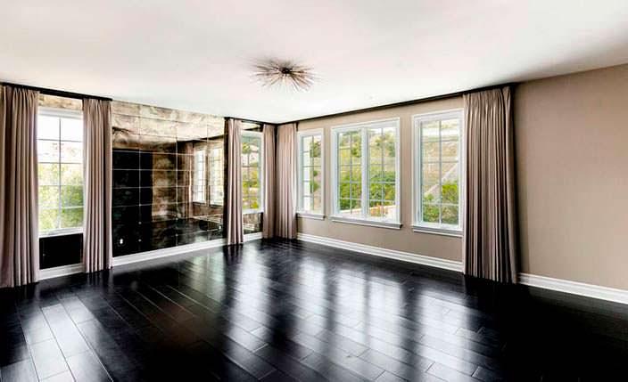 Фото | Деревянный черный пол в дизайне комнаты