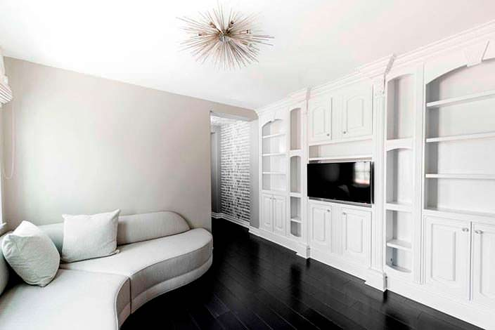 Фото | Мягкий уголок с телевизором в спальне
