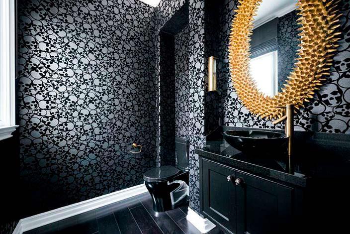 Фото | Необычный дизайн туалета с черепами на обоях