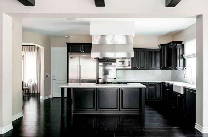 Фото | Профессиональная кухня с островом в доме модели