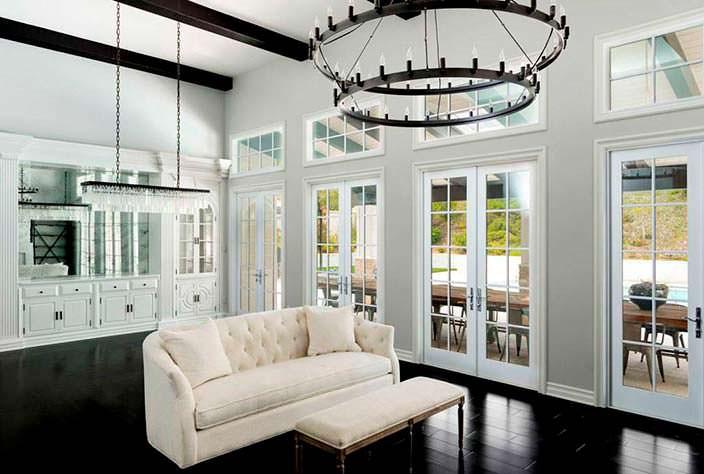Фото | Дизайн гостиной с белым диваном и черным полом