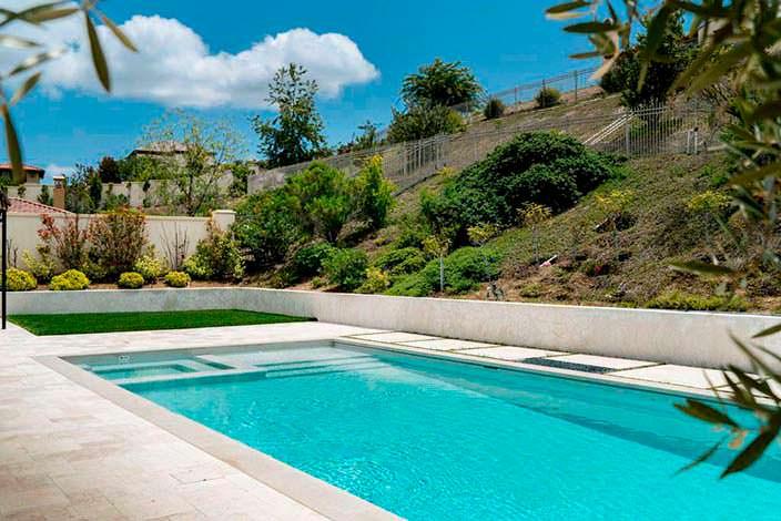 Фото | Собственный бассейн с джакузи на заднем дворе дома